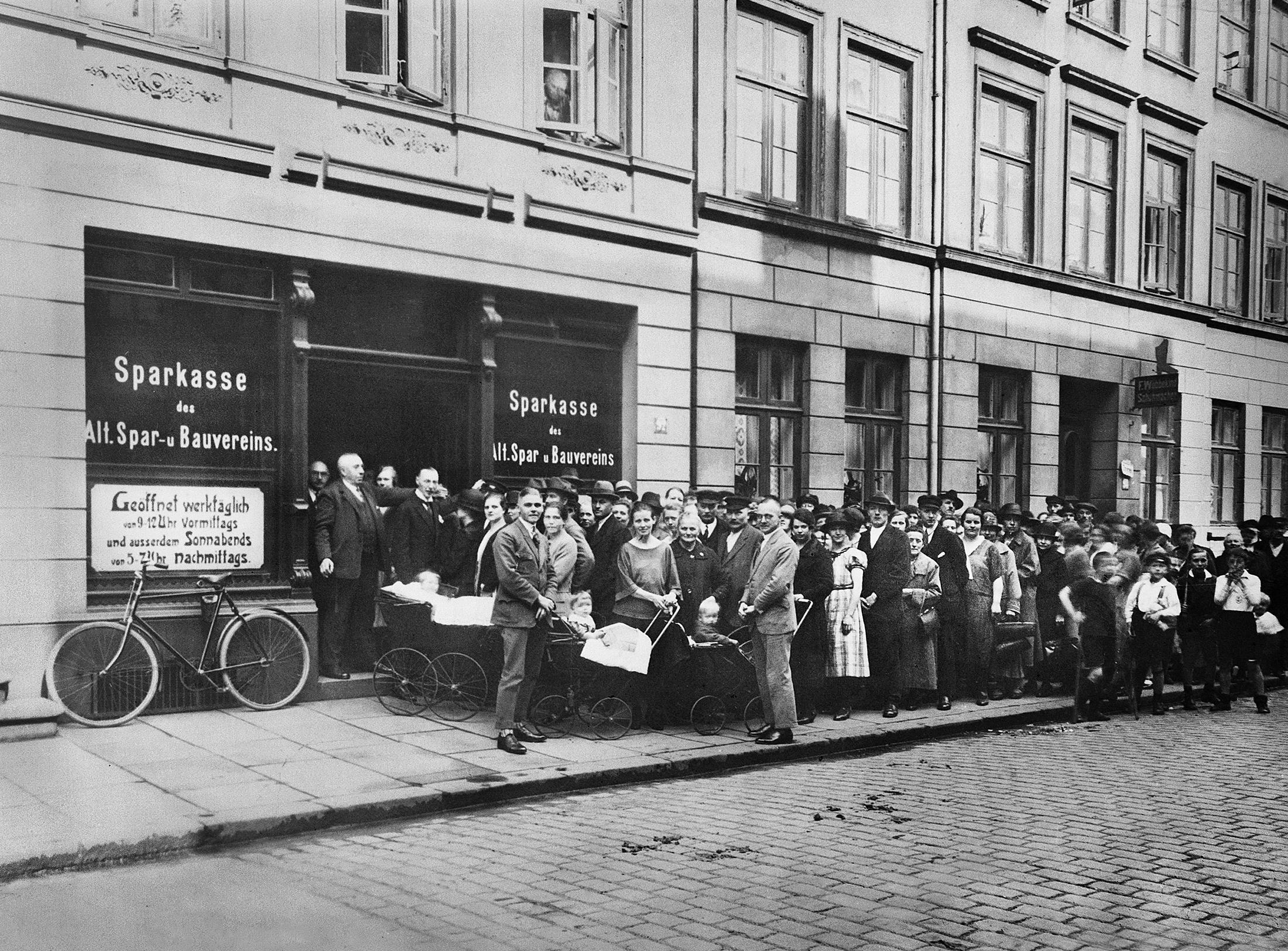 Mitglieder stehen Schlange vor der ersten altoba-Geschäftsstelle in der heutigen Hospitalstraße