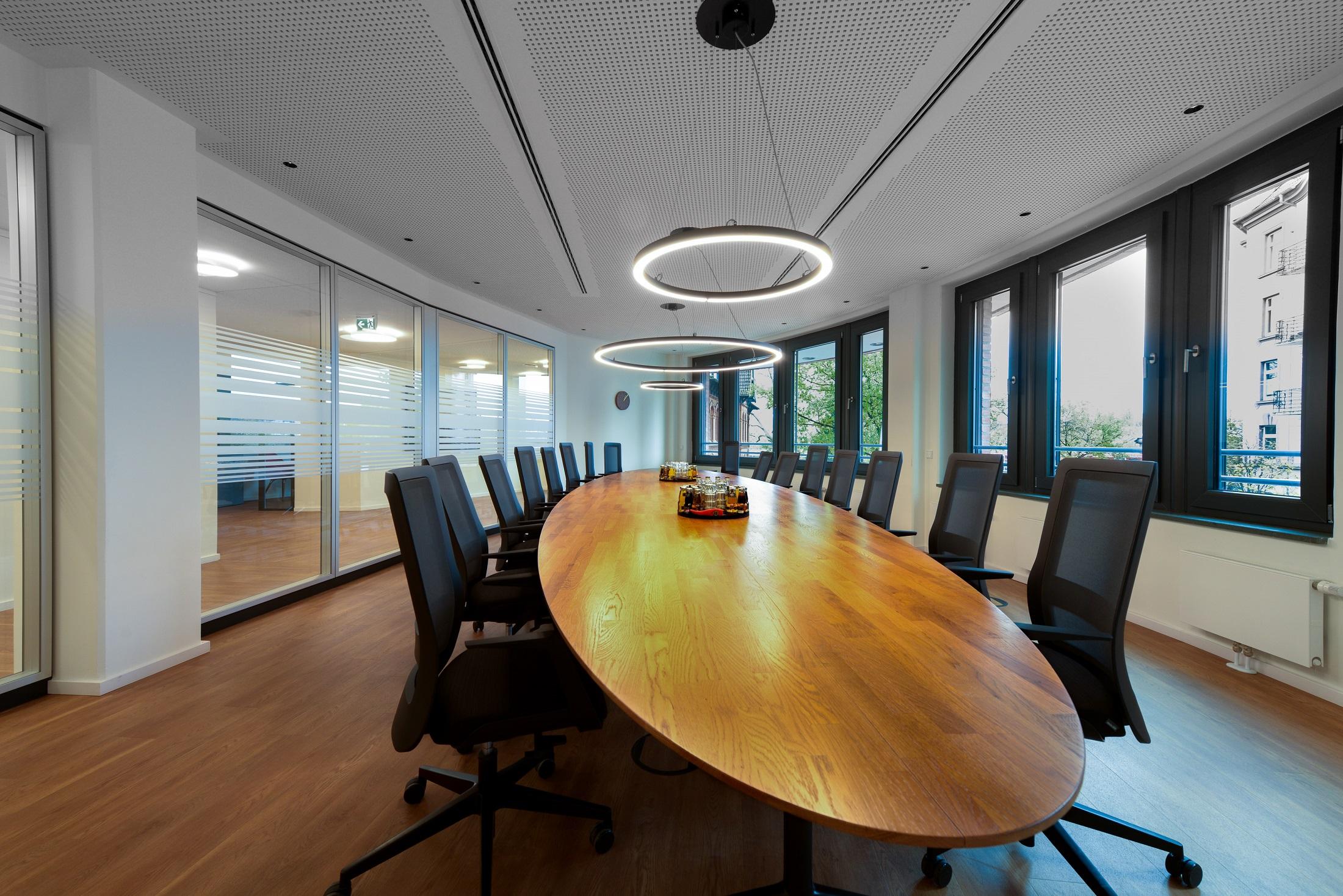 Modernität bei der altoba: Blick in ein Konferenzzimmer