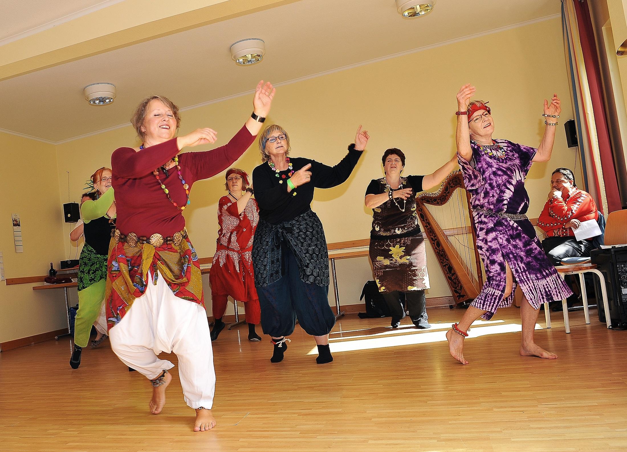 Tanzen in einem der Nachbarschaftstreffs der altoba.