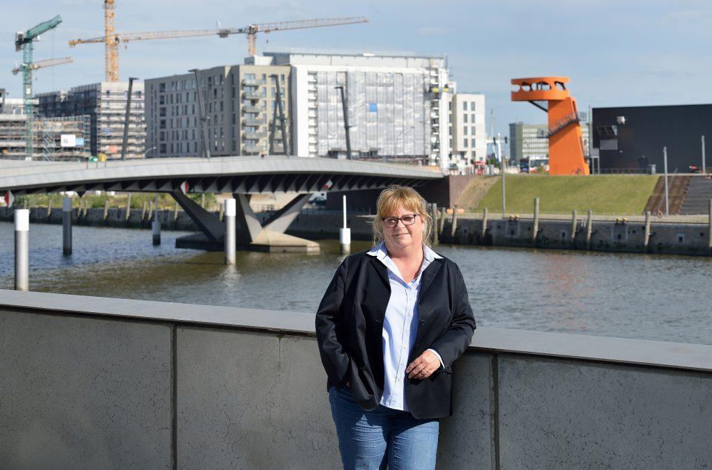 Silvia Nitsche-Martens, Aufsichtsratsvorsitzende der altoba, vor der Baustelle Baakenhafen in der HafenCity im Sommer 2020