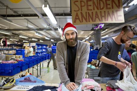 Sortieren von gespendeten Kleidungsstücken bei Hanseatic Help