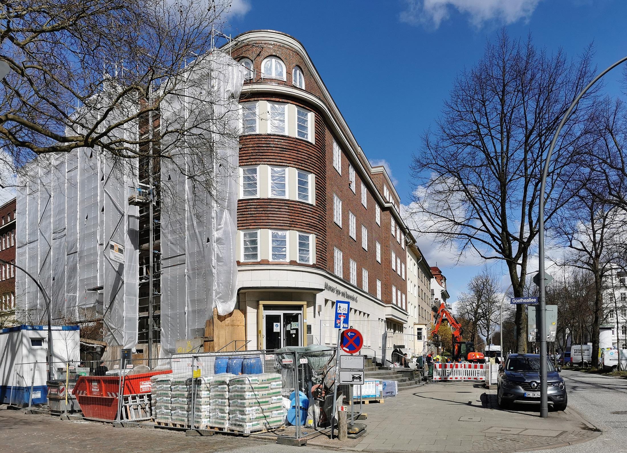 Die alte altoba-Geschäftsstelle wird umgebaut, Blick auf die Ecke Max-Brauer-Allee 71/Goetheallee 4