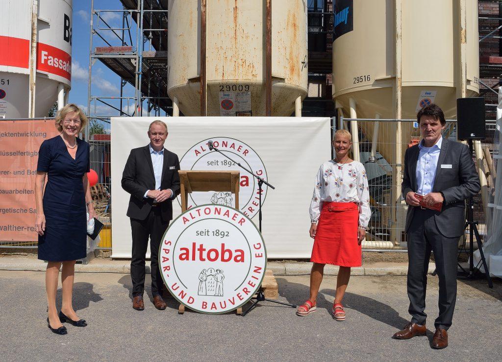 Richtfest in den Kolbenhöfen I auf Baufeld 1 am 23.08.2021: Dr. Dorothee Stapelfeldt (links) und Dr. Stefanie von Berg freuen sich mit den altoba-Vorständen Thomas Kuper (links) und Burkhard Pawils
